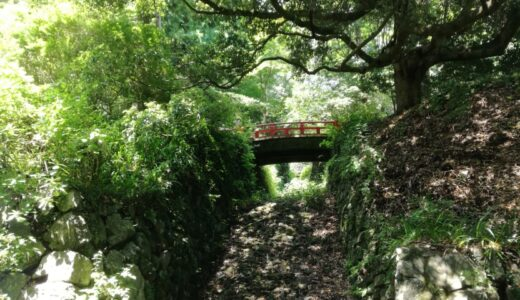 【写真】赤い橋と空堀