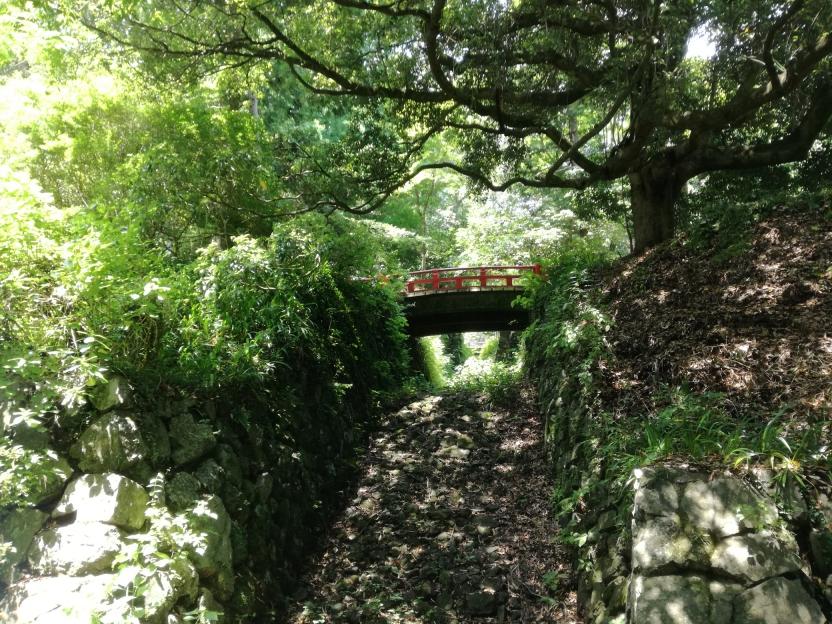 赤い橋のかかる空堀の写真