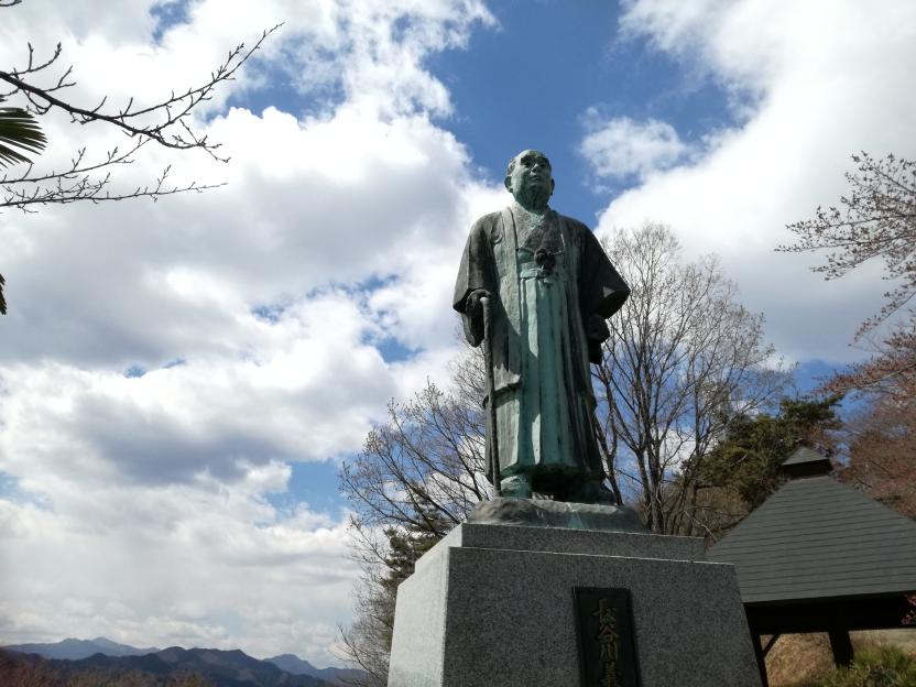 青空と銅像の写真