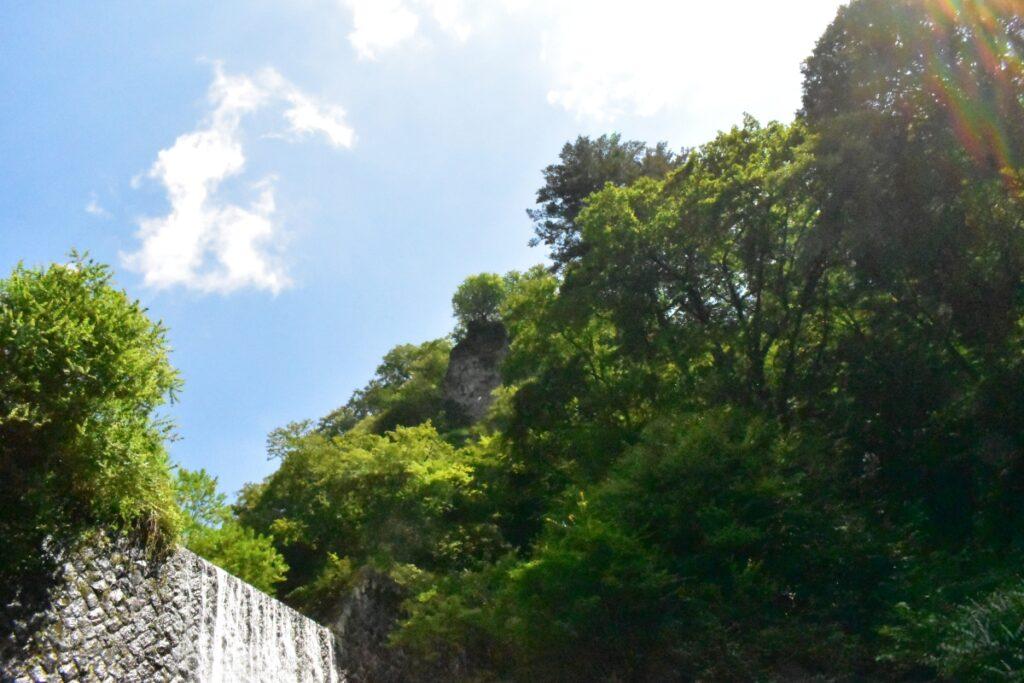 青空とダムの写真